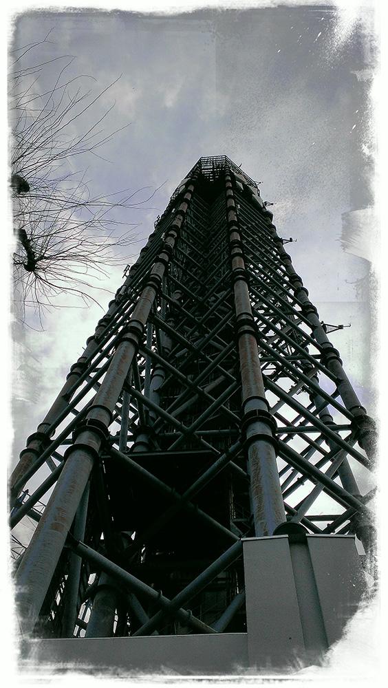 近くで見る電波塔