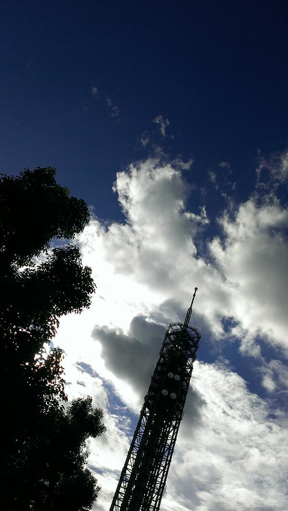 タワーと雲