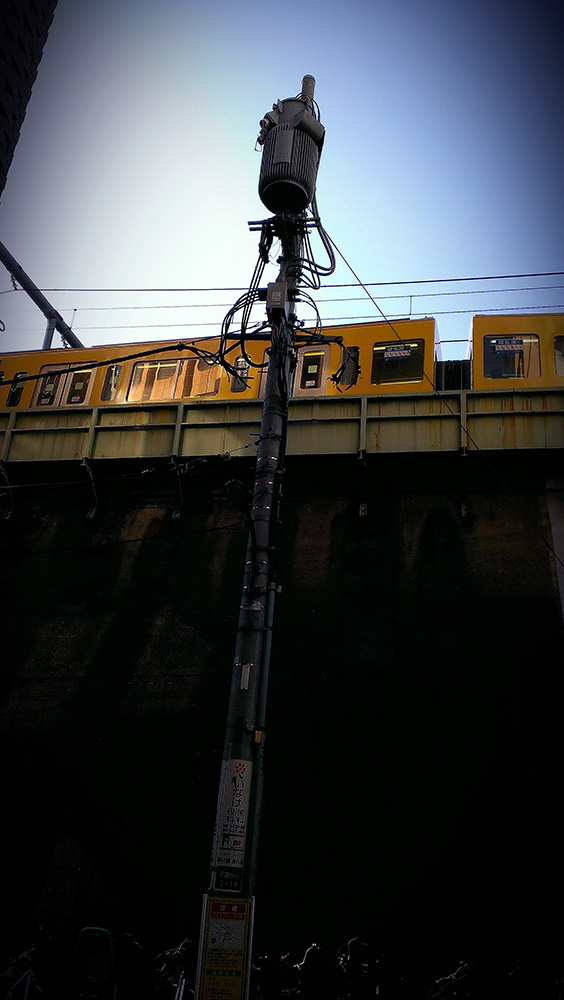 高田馬場の路地から見上げる西武新宿線